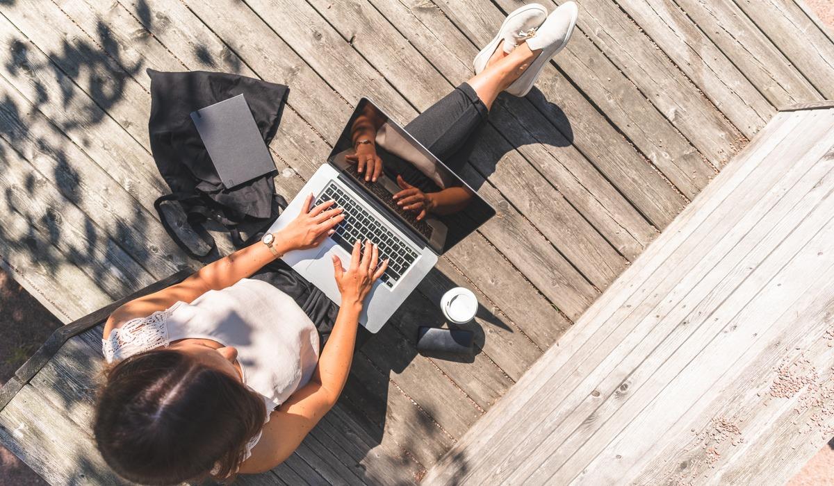 laptop, vrouw, buiten, terras